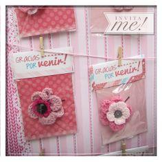 El amor por el crochet invadió los souvenirs. Hebillas para la dama y llaveros para el caballero. Con una presentación super sweet!. hola@invita-me.com.ar