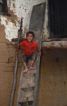 Toegangstrap tot een traditionele woning in centraal-Bhutan. Kijk voor meer reisinspiratie op www.nativetravel.nl