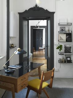 Leading the rebirth of a bright apartment in a fifteenth-century building in the historic center of Como was Doriana De Petris, a ceramist, that gradually enriched her creative activity to propose in her home-atelier-showroom, renamed Spazio Dep. Decor, Gravity Home, Decor Design, Interior Spaces, Living Room Scandinavian, Home Decor, Interior Design, Interior Deco, Bright Apartment