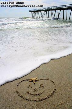Coastal pumpkin drawn in sand on beach Coastal Fall, Coastal Style, Pumpkin Drawing, Happy Fall Y'all, Happy Hot, Beach Art, Beach Pics, Ocean Beach, Fall Halloween