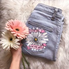 Acrylic Painting on Jeans Painted Shorts, Painted Jeans, Hand Painted, Diy Clothing, Custom Clothes, Diy Clothes Paint, Denim Paint, Denim Ideas, Mode Outfits