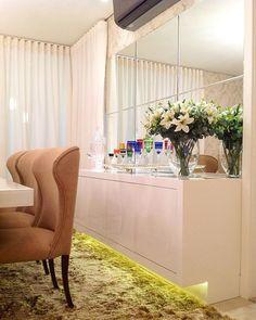 Boa noite lindezass!! Sala de jantar white com buffet em laca brilhante mas o charme mesmo é a iluminação indireta no rodapé #boanoite #instaarch #instadecor #interiores #decor #details #detalhes #decoracao #decorating #decorbrazil #detalhesqueamamos #decoracaodeinteriores #architect #arquiteta #arquitetura #arqmbaptista #arquiteturadeinteriores #saladejantar #white #marianemarildabaptista