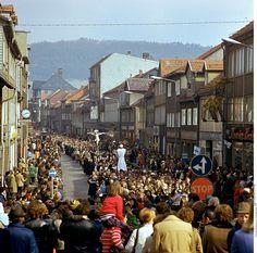 Glaubenszug: Tausende Menschen marschieren durch die Hauptstraße in Heiligenstadt oder stehen Spalier. Die SED...