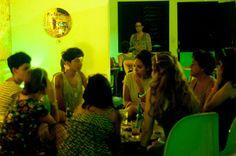 La Casa de la Bombilla Verde se fundó en junio de 2016 con el objetivo de servir de plataforma para el desarrollo y la promoción de actividades artísticas y culturales en el barrio de El Vedado.
