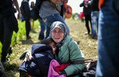 【6月9日 AFP】ギリシャとマケドニアの国境で何か月間も足止めされている難民たちを見ていて衝撃的なのは、彼らが正気を失い始めていることだ。