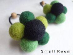 羊毛のフェルトボールで作ったヘアゴムです。グリーン系の優しいカラーでまとめてみました。ほっこりワンポイントにいかがでしょうか♪2枚目画像にはA・Bとありますが...|ハンドメイド、手作り、手仕事品の通販・販売・購入ならCreema。
