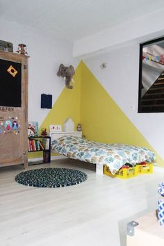 chez camille ameline, nanelle, chambre d'enfant, kid room, yellow, peinture murale, jaune, triangle Bedroom Wall, Kids Bedroom, Bedroom Decor, Bedroom Corner, Bedroom Ideas, Cozy Bedroom, Nursery Room, Baby Room Design, Baby Room Decor