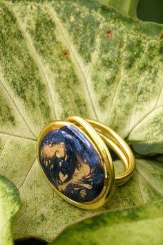 Bague en aluminium doré décor peinte à la main de galaxie lointaine. Module unique Module, Bleu Marine, Gemstone Rings, Rings For Men, Gemstones, Unique, Jewelry, Jewelry Designer, Art Crafts