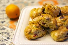 Assiette de scones aux canneberges et à l'orange/Des petits scones très faciles à faire, avec un glaçage maison à l'orange. Délicieux au déjeuner, pour le brunch, comme collation avec un thé ou pour le dessert./fraîchement pressé