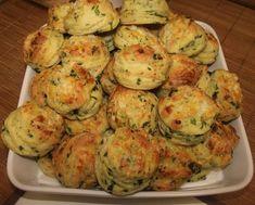 Medvehagymás pogácsa Cauliflower, Zucchini, Bread, Vegetables, Ethnic Recipes, Food, Cookies, Kitchen, Kalmar