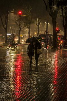 Rainy Day by Camilo Ara. Cozy Rainy Day, Rainy Night, Walking In The Rain, Singing In The Rain, Rain Photography, Street Photography, Rainy Day Photography, Color Photography, Foto Picture