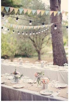 L'idée cheap and chic : des guirlandes à fanions  jardin mariage pinterest déco