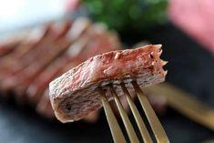 年末年始は親戚や友人と集まって、自宅で食事をする機会が多いですよね。となると、料理を準備するのが大変ですよね。そこで今回は、安価なお肉でも、まるでレストランのような味に変身させることができるテクニックをご紹介します。 (2ページ目)