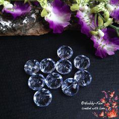 """10 halbrunde Arylperlen """"Hellblau"""". Diese Perlen sind halbrund, die andere Seite hat Riffelungen. Aussergewöhnich auch zum Verarbeiten durch das oben liegende Fädelloch. Für viele kreative Ideen geeignet. Diese Perle ist eine Augenweide an jedem Dekollteé."""