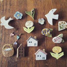 ほっこりとした素朴な素材感が愛らしい陶器製の雑貨を、お家で気軽に手作りできたら嬉しいですよね。粘土細工してからオーブンで焼くと、陶器のような質感の雑貨を手作りできる「オーブン粘土」という粘土があるのをご存知ですか?普通の粘土とほぼ同じように扱えるので、自宅で気軽に陶芸体験が楽しめますよ♪ブローチやヘアピンなどのアクセサリー作りにも最適です。大人の粘土工作におすすめの、オーブン粘土をご紹介します。 | ページ2 Polymer Clay Crafts, Diy Clay, Resin Crafts, Ceramic Jewelry, Ceramic Clay, Clay Jewelry, Paper Clay Art, Craft Show Ideas, Clay Projects
