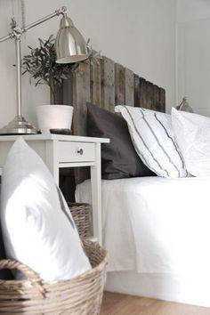 Tête de lit campagnarde en lattes de bois