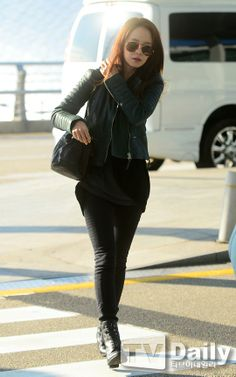 Song Ji Hyo in all black winter fashion