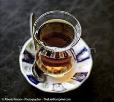 ツツツ Tea cup detail, Istanbul, Turkey. By Alberto Mateo (Travel Photographer).
