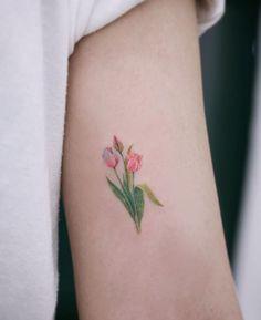 10 Minimalist Tattoo Designs For Your First Tattoo - Spat Starctic Large Tattoos, Unique Tattoos, Cute Tattoos, Beautiful Tattoos, Tatoos, Tiny Tattoos For Girls, Arm Tattoos For Women, Tulip Tattoo, Lotus Tattoo