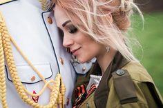 «Наташа Хим: от волонтера до бойца. Волонтер ДНР о своем пути в Новороссии и помощи людям Донбасса. Бывшая участница проекта «Дом 2» приехала из Москвы в Донбасс в конце 2014 года. Сначала приезджала в ЛНР, после в Донецк. Занималась гуманитарной помощью. Недавно родила дочь и уже готова вернуться в строй на официальную службу в батальоне».