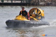 26/31   Photo du water stunt show, Jim Bond H2O situé à Holiday-Park (Allemagne). Plus d'information sur notre site http://www.e-coasters.com !! Tous les meilleurs Parcs d'Attractions sur un seul site web !!