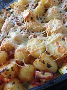 Make an easy oven dish with potatoes and chicken - ovenschotels - Recepten Potato Snacks, Good Food, Yummy Food, Oven Dishes, Easy Cooking, Food For Thought, Potato Salad, Macaroni And Cheese, Food And Drink