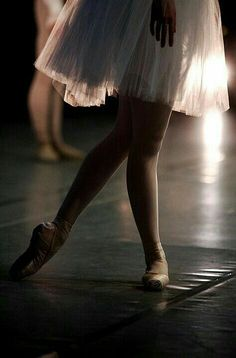 ballet is beautiful movements that make you look elegant, and feel graceful Shall We Dance, Lets Dance, Dance Photos, Dance Pictures, Ballet Pictures, Grands Ballets Canadiens, Tutu, Dance Like No One Is Watching, Tiny Dancer