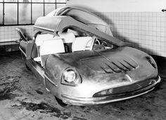 Borgward Traumwagen IAA 1955, Praktische Überlegungen aus dem Autoalltag spielten keine Rolle bei der Entwicklung des Traumwagens. Daher verpassten die Borgward-Ingenieure dem Auto keine Türen, sondern ein komplett aufschwenkbares Kabinen-Oberteil.