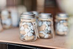 Des petits pots style mason jar remplis de dragées pour les invités