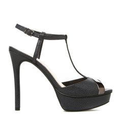 Get the luxe look with this sleek T-strap sandal by JESSICA SIMPSON. Versatile with the perfect dose of unique style, Carys catches eyes with an alluring metallic peep-toe.