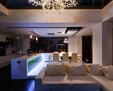 cocina al estilo minimalista blanca con iluminación LED