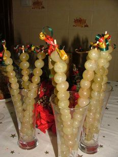 "The Twelve Grapes (Sp. Las doce uvas de la suerte, ""The twelve grapes of luck"")Spanish tradition. The tradition consists in eating a grape with each bell strike at midnight of December According to the tradition, that leads to a year of prosperity. Spanish Christmas, Christmas And New Year, Christmas Time, Spanish Holidays, Retirement Party Decorations, New Years Decorations, New Years Dinner, New Years Eve Party, Tapas Menu"