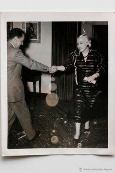 Pareja bailando en fin de año. 31 de diciembre de 1953. Foto Studios Arismor -  El Desván de Bartleby C/.Niebla 37. Sevilla
