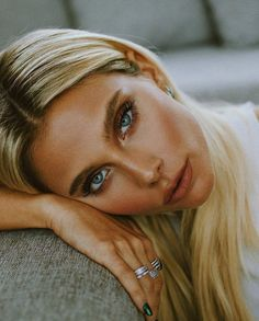 Valentina Zenere - It's in the eyes. Always in the eyes. Ambre Smith, Rainbow Eye Makeup, Celebrity Stars, Bleach Blonde, Poses, Blonde Beauty, Pretty Face, Girl Crushes, Pretty People
