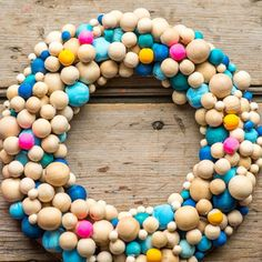 Turn wooden beads into a pretty winter wreath with two unique ways to paint them.