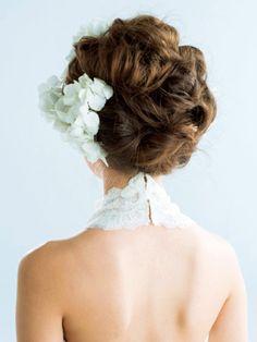 ブライダルの王道であり誰もが憧れるのは、本物のお花でアレンジする生花ヘアですよね。花の種類、色、つけ方などで、正統派にも個性派にもなれる一番のアレンジ力を誇る生花。華やかさをアップさせる、主役にふさわしいお花のヘアを集めました。