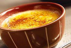 Brisez d'abord la croûte en sucre, puis savourez la délicieuse crème anglaise qui se cache à l'intérieur.