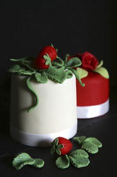 Strawberry mini cakes.