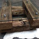Für diesen schönen Tisch wurden 300 Jahre alte Eichenbalken aus einem Dachstuhl verwendet. Durch eine besondere Bearbeitungstechnik wird das Holz von Lehm etc. befreit und erhält eine...