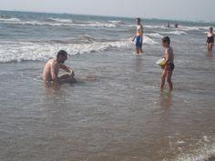 En el mar los adultos recuperan su infancia...