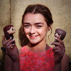 Maisie Williams pose avec Arya et #Sansa pour #GoTPremiereSF