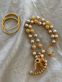 Pearl Necklace Designs, Jewelry Design Earrings, Gold Earrings Designs, Gold Jewellery Design, Pearl Jewelry, Beaded Jewelry, Gold Jewelry Simple, Chains, Bangles