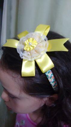 Tiara menina moça aro estampado  com laço amarelo