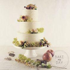 En flot efterårsfarvet smørcreme  bryllupskage med friske blomster og blade fra @beringflowers  #københavnskage #københavn #amager #bryllupskage #bryllupsdag #denstoredag #bakemyday #flottekager #weddingcake #smørcreme #rustikbryllup #efterår #efterårsbryllup #bryllup2017 Nov 21, Frisk, Cake Toppers, Wedding Cakes, Place Cards, Place Card Holders, Instagram Posts, Desserts, Food