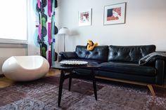 Kaikenlaista itseään vanhempaa keräilevän Marko Jyllin kodissa Porin keskustassa kohtaavat minimalistisuuteen pyrkiminen ja värikylläisyys. Designin kulta-ajan klassikoihin mieltyneen nuorenmiehen koti on monen unelma, vaikkeivat sitä ikätoverit aina ymmärräkkään.