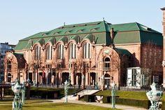 Der Mannheimer Rosengarten - Kongresszentrum und Veranstaltungskomplex. Hier fand der folgenschwere Auftritt von Hannes und Ben statt, der ihnen vor Augen führte, dass sie als Musiker vor dem Aus stehen.