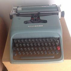 Máquina de escrever antiga Olivetti studio 44 verde por R$ 398