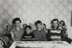 Familie S.  aus Groß Kiesow, ganz im Nordosten der DDR, versammelte sich im September 1983 für den Fotografen auf dem Sofa. Zehn Jahre später...