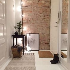 21 ideas para decorar tu recibidor con ladrillo visto - Tapeten ideen 21 ideas to decorate your hall with exposed brick . Interior Architecture, Interior And Exterior, Decoration Entree, Interior Decorating, Interior Design, Decorating Tips, Deco Design, Design Trends, Exposed Brick