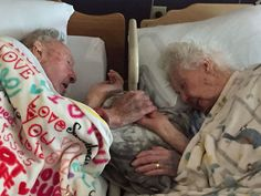 15 elderly couples who prove that real love exists and humor has no age limit Photo Couple, Love Couple, Couples In Love, Cute Old Couples, Sex And Love, Real Love, True Love, 100 Year Old Man, Vieux Couples